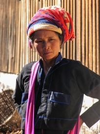Birmanie_femme marche Nyaung Shwe
