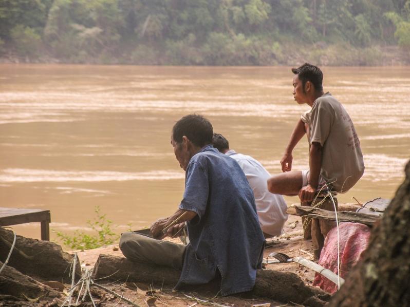 Laos_people barges rivière